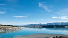 Błękitny jezioro z pasmem górskim i niebieskim niebem Fotografia Royalty Free