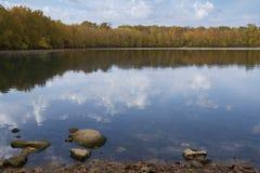 Błękitny jezioro z spadkiem Foiliage fotografia stock