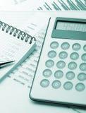 błękitny kalkulatora pieniężny raport tonujący obraz royalty free