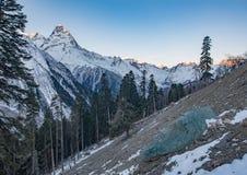 Błękitny kamień pod jutrzenkowym światłem, Elbrus, Rosja Fotografia Royalty Free
