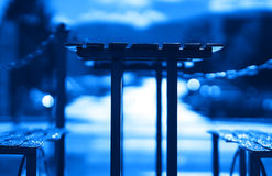 Błękitny kawiarnia stół z ławki tłem Fotografia Stock