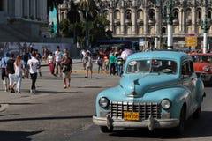 Błękitny klasyczny stary Amerykański samochód blisko Capitole w Hawańskim Obraz Royalty Free