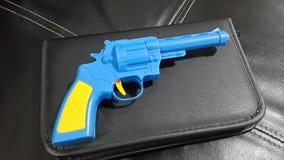Błękitny klingerytu pistoletu A żółty cyngiel i rękojeść umieszczamy obrazy stock