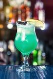 Błękitny koktajl dekoruje cytryną Klasyczni alkoholów koktajle Fotografia Stock
