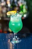 Błękitny koktajl dekoruje cytryną Klasyczni alkoholów koktajle Fotografia Royalty Free