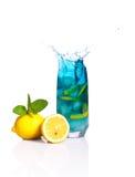 Błękitny koktajl z pluśnięciem i cytryna, lód, mennica na izoluję zdjęcie stock