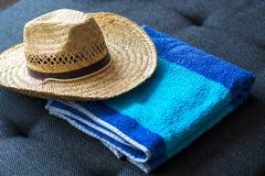 Błękitny koloru żółtego kapelusz i ręcznik Obraz Stock
