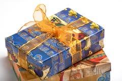 Błękitny koloru prezenta pudełko z złocistym koloru łękiem odizolowywającym na białym tle Obrazy Royalty Free