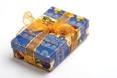 Błękitny koloru prezenta pudełko z złocistym koloru łękiem odizolowywającym na białym tle Zdjęcia Stock