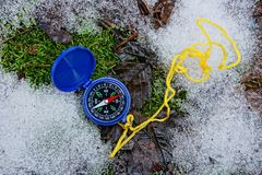 Błękitny kompas kłama na zielonym mech i śniegu w lesie fotografia royalty free
