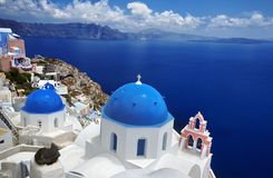 Błękitny kopuła kościół piękny Oia w Greckiej wyspie Santorini, fotografia stock