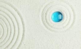 Błękitny koralik w piasku obraz stock