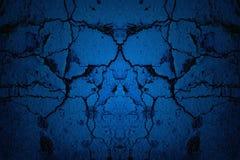 Błękitny krakingowy ścienny tło z światłem reflektorów obrazy royalty free
