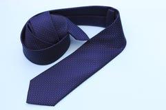 Błękitny krawat odizolowywający, zbliżenie na, błękitnym tła, biznesu lub biura pojęciu, kopii przestrzeń obrazy royalty free