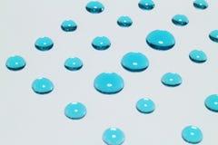 Błękitny kropelki zakończenie up na szarym tle Zdjęcia Royalty Free
