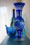 Błękitny krystaliczny wazy wciąż życie zdjęcia royalty free