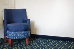 Błękitny krzesło w pokoju hotelowym obraz royalty free