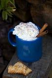 Błękitny kubek gorąca czekolada z śmietanką na drewnianym tle Nieociosany styl Fotografia Royalty Free