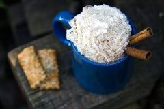 Błękitny kubek gorąca czekolada z śmietanką na drewnianym tle Nieociosany styl Zdjęcie Royalty Free