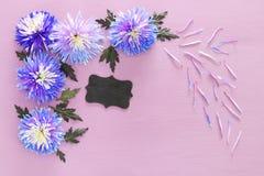 błękitny kwiatu przygotowania, blackboard na drewnianym tle i Zdjęcie Royalty Free