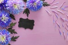 błękitny kwiatu przygotowania, blackboard na drewnianym tle i Zdjęcie Stock