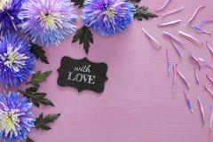 błękitny kwiatu przygotowania, blackboard na drewnianym tle i Obraz Stock