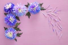 błękitny kwiatu przygotowania na drewnianym tle i Zdjęcia Stock
