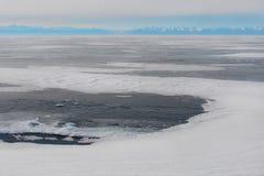 Błękitny lód na zamarzniętym jeziorze, arktyczny krajobraz zdjęcie royalty free