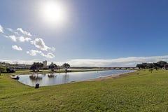 Błękitny laguny ujście i Chmurna Nabrzeżna linia horyzontu Zdjęcia Royalty Free