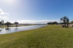 Błękitny laguny ujście i Chmurna Nabrzeżna linia horyzontu Obrazy Royalty Free
