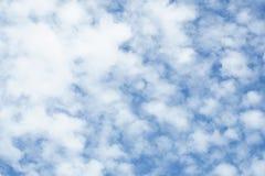 Błękitny lata niebo z małymi białymi chmurami Zdjęcia Royalty Free