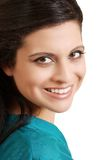 błękitny latynoskiego portreta uśmiechnięta odgórna kobieta Zdjęcia Royalty Free