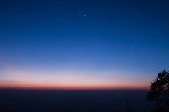 Błękitny ligth wschód słońca w wierzchołku góra fotografia stock