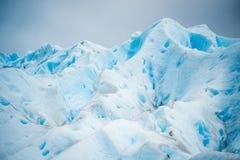 Błękitny lodowiec wzrasta i błyszczy w świetle dziennym Shevelev Obraz Royalty Free