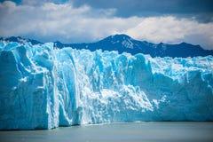 Błękitny lodowiec wzrasta nad woda Shevelev Obraz Royalty Free