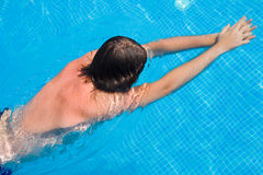 błękitny mężczyzna basenu dopłynięcie Obrazy Stock