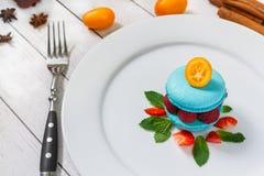 Błękitny macaroon z malinkami Zdjęcia Royalty Free