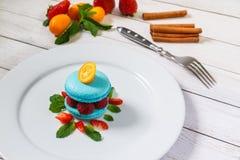 Błękitny macaroon z malinkami Fotografia Stock