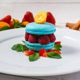 Błękitny macaroon z malinkami Kwadratowy wizerunek Zdjęcia Royalty Free