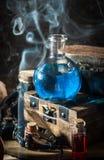 Błękitny magiczny napój miłosny z dymem obraz stock