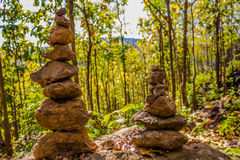 błękitny medytacja nad nieba sterty kamienia kamieniami góruje zen dwa Zdjęcia Stock