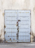 Błękitny metalu drzwi z stalowymi pręt Obraz Stock