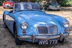 Błękitny MG A przy klasycznym samochodowym przedstawieniem Zdjęcia Royalty Free