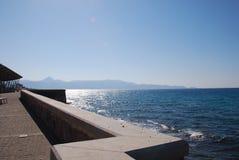 Błękitny miasto Heraklion na wybrzeżu w Crete i morze fotografia royalty free
