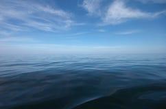 Błękitny morza i nieba horyzont z chmurami obraz royalty free