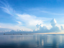 Błękitny morza i niebieskiego nieba tło z cloudscape Obraz Royalty Free