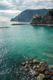Błękitny morze śródziemnomorskie brzeg na wybrzeżu Włochy z fortem i falezy w Cinque Terre Fotografia Stock