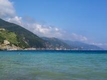 Błękitny morze śródziemnomorskie widok przy Monterosso al klaczem, Cinque Terre, Włochy obrazy stock