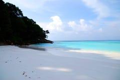 Błękitny morze i biały piasek Fotografia Royalty Free