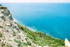 Błękitny morze i skalisty brzegowy letni dzień na oceanie Zdjęcia Stock